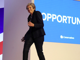 Theresa May, show al congresso Tories. Sale sul palco al ritmo degli Abba