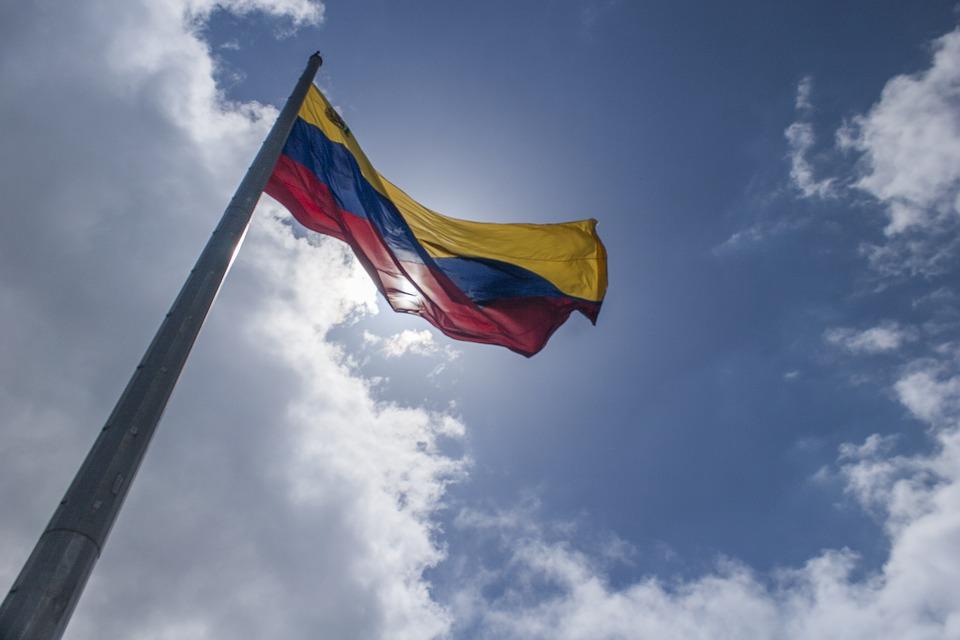 Venezuela, la piazza contro Maduro: striscioni e slogan